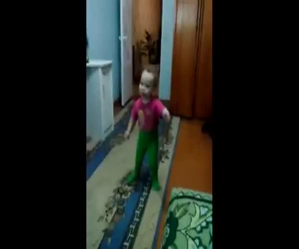 Позитивная девочка танцует (6.774 MB)