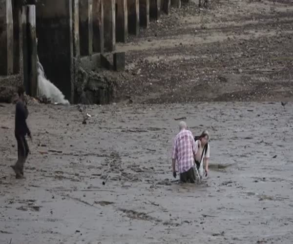 Таиландец помог застрявшим в грязи фотографам (12.434 MB)