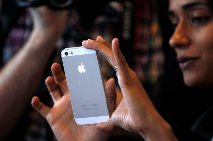 Две девушки разделись на сцене ради главного приза - iPhone (621.472 KB)