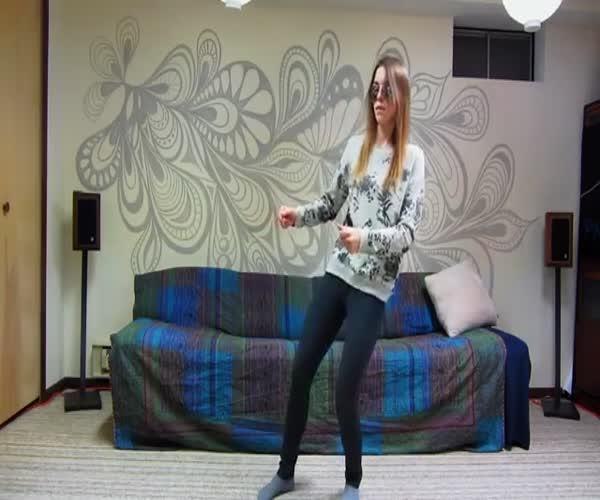 Обаятельная девушка очень круто танцует (12.741 MB)