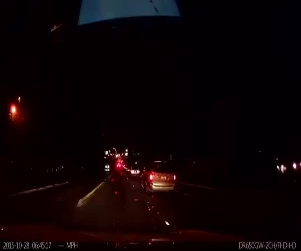 Автопилот в машине Тесла предотвратил аварию (702.008 KB)
