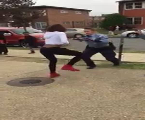 Женщина-полицейский пустилась в пляс вместе с ученицей школы (2.900 MB)