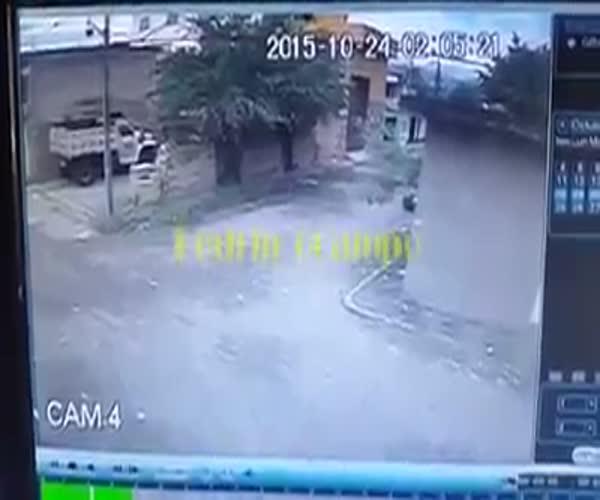 Полицейские врезались в стену при попытке задержать грабителей (2.123 MB)