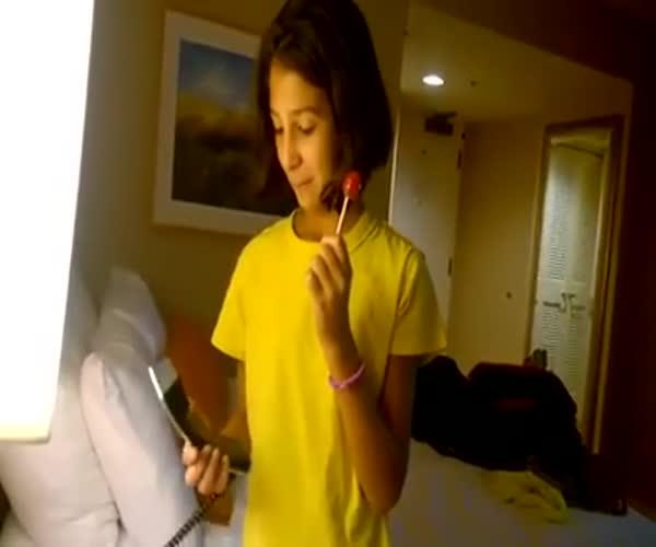 Девочка не знает, как пользоваться стационарным телефоном (1.037 MB)