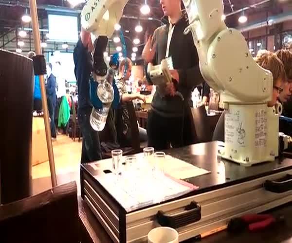 Робот разливает водку (7.711 MB)