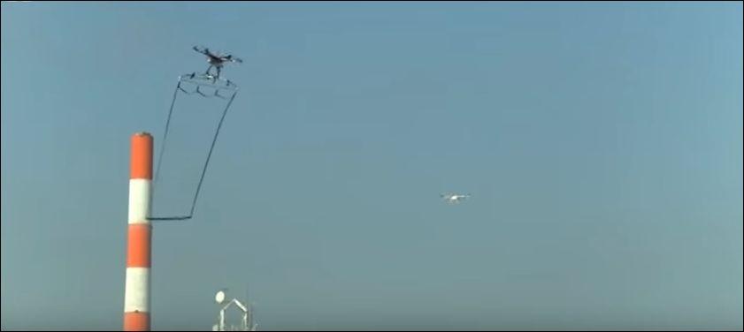 Дрон ловит другой дрон в Японии (4.239 MB)