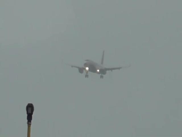Из-за очень сильного ветра, самолет буквально завис в воздухе (4.641 MB)