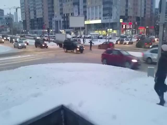 Парень регулирует движение на перекрестке в Екатеринбурге (12.406 MB)