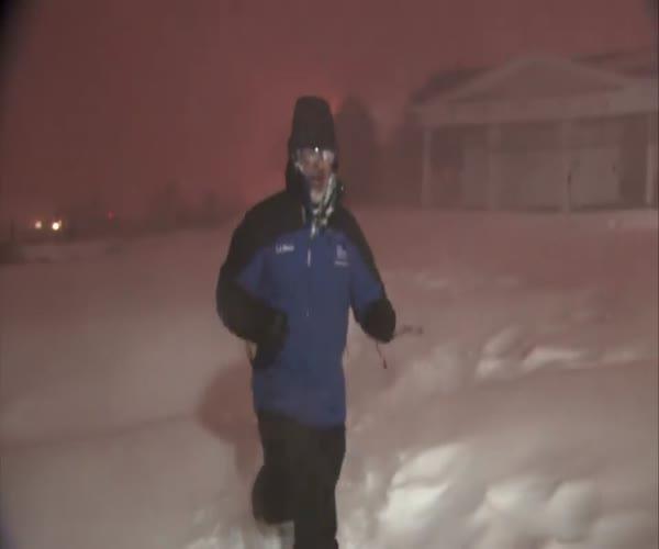 Репортер обрадовался снежной грозе (1.301 MB)