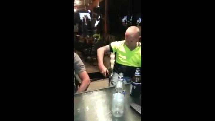 Два пьяных мужика испытывают на себе электрошокер (2.955 MB)