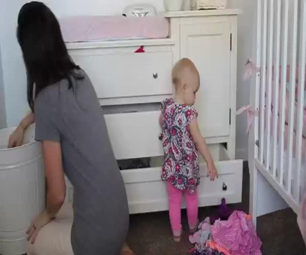 Ребенок помогает маме убираться (5.818 MB)