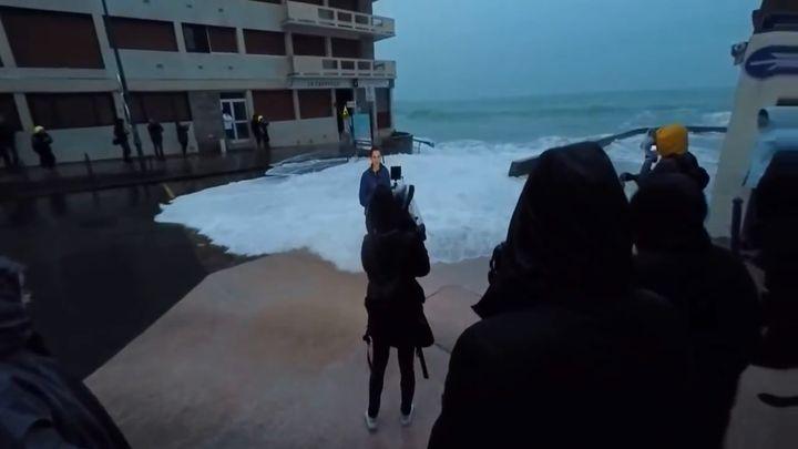Волна смыла журналистку (2.435 MB)