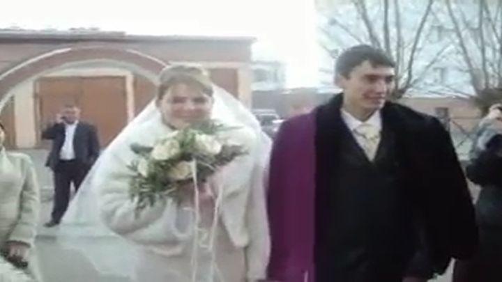 Невеста вывихнула челюсть, пытаясь отгрызть кусок побольше (6.865 MB)