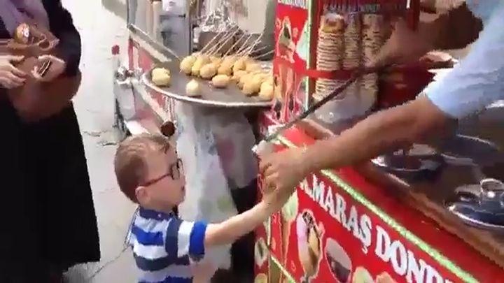 Продавец прикалывается над малышом (7.034 MB)
