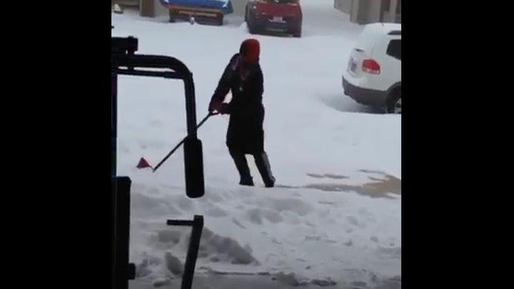 Афроамериканец первый раз чистит снег (811.579 KB)