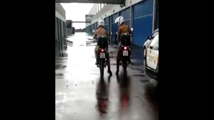 Полицейский демонстрирует навыки езды на мотоцикле (1.180 MB)