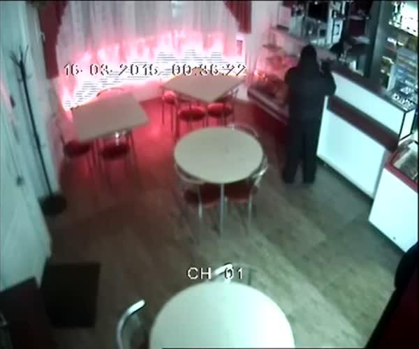 Белорусская продавщица решила не отдавать деньги грабителю (2.632 MB)