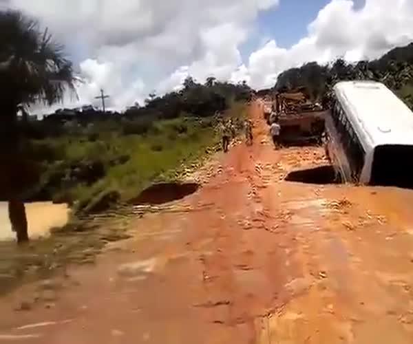 В Бразилии автобус провалился в реку (11.251 MB)