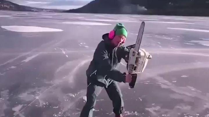 Парень катается по льду на бензопиле (1.233 MB)