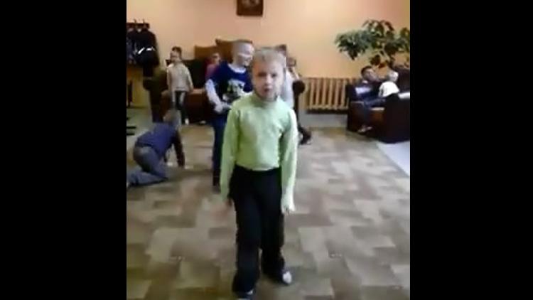 Паренек зажигает под музыку в детском саду (8.863 MB)