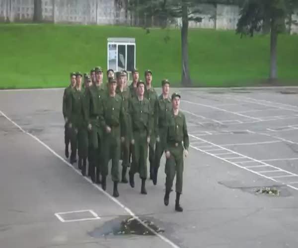 Солдаты маршируют и поют песню Barbie Girl группы Aqua (2.708 MB)