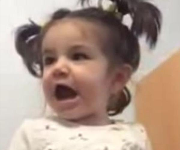 Девочка странно смеется (600.526 KB)