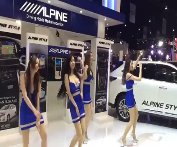 Девчонки танцуют на автосалоне в Бангкоке (10.852 MB)
