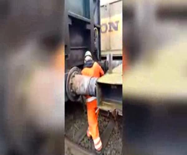 Мужик без страха стыкует вагоны (3.937 MB)