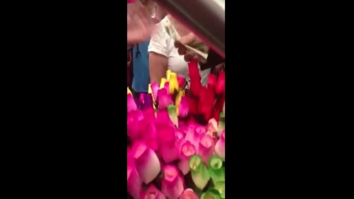 Парень купил у женщины все розы и попросил раздать пассажирам (7.287 MB)