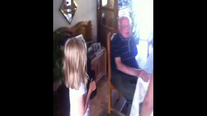 Родные подарили дедушке щеночка (7.296 MB)