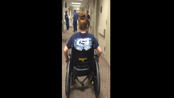 Девушка удивила медсестру, не знавшую, что она снова смогла ходить (5.759 MB)