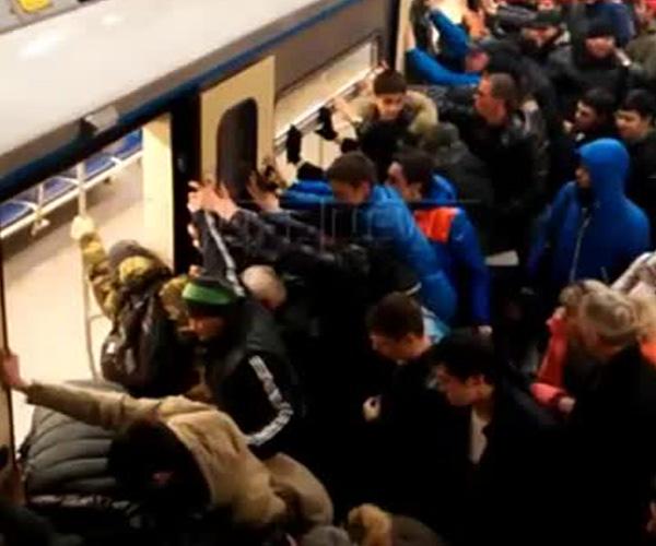 Пассажиры метро помогли пожилой женщине освободить застрявшую ногу (2.252 MB)