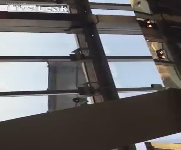 Люльку мойщика окон раскачало из-за сильного ветра (1.987 MB)