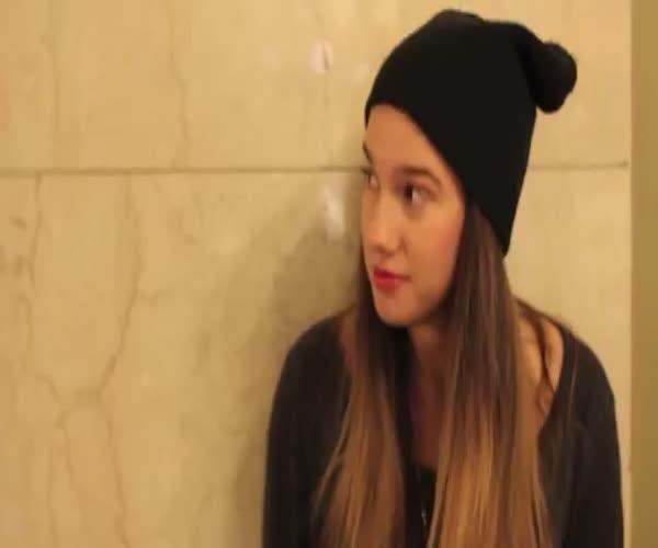 Девушка просит незнакомцев поцеловать ее (6.578 MB)
