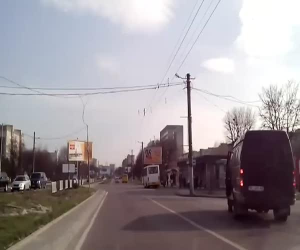 Наглый водитель сбил девочку на пешеходном переходе (2.571 MB)