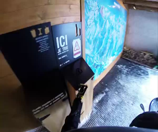 Крутой спуск на лыжах через узкое ущелье (13.728 MB)