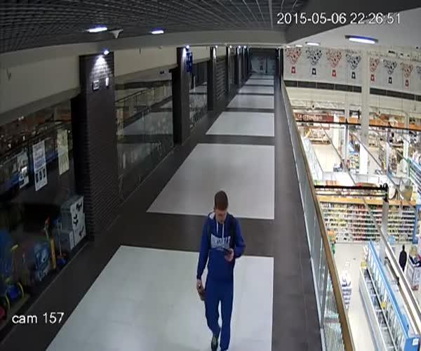 Паренек впал в детство и угнал машинку (6.077 MB)