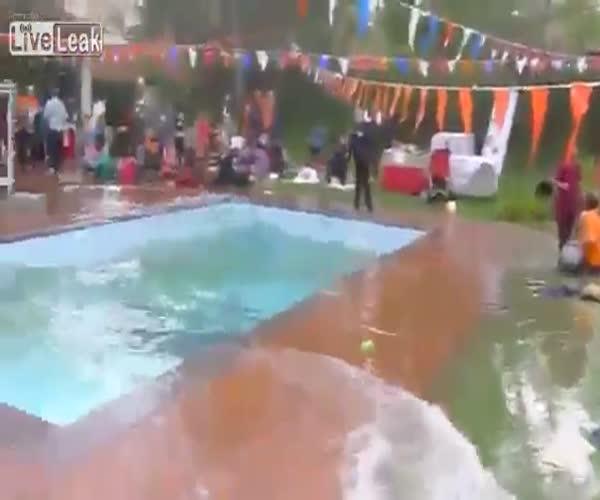 Бассейн во время землетрясения (7.099 MB)