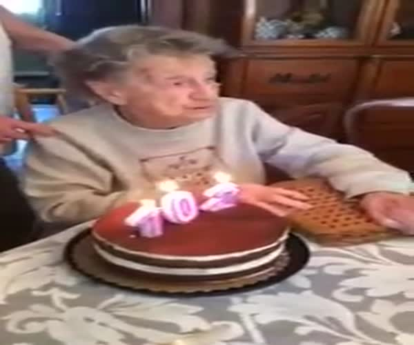 Бабушка забавно ошиблась при задувании свечек на торте (1.115 MB)