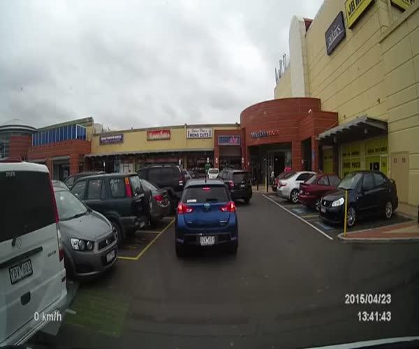 Девушка долго пытается припарковаться (10.271 MB)