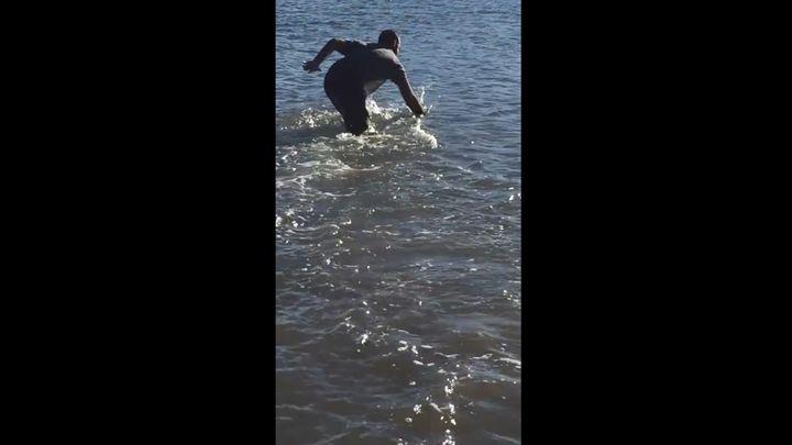 Австралийский парень руками поймал акулу (4.467 MB)