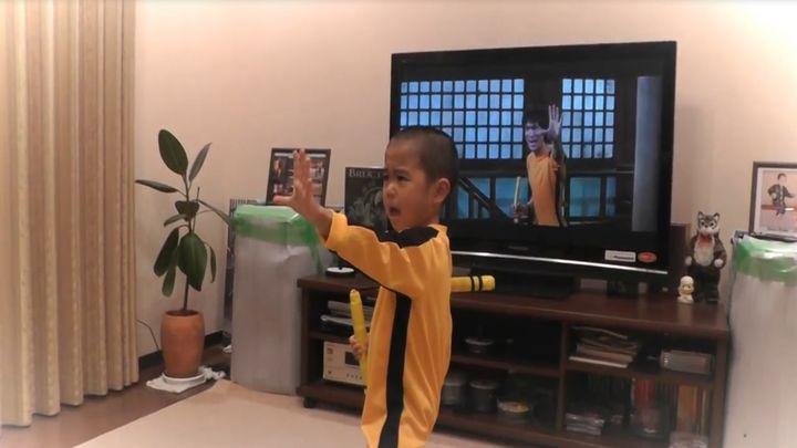 5-летний мальчик копирует движения Брюса Ли (11.194 MB)
