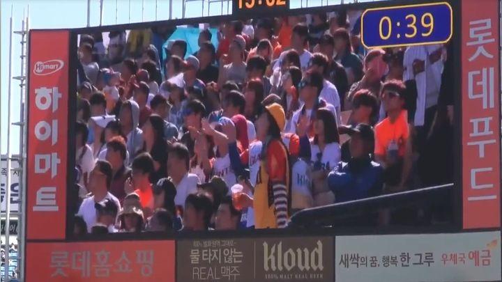 Корейская продавщица еды на стадионе немного разошлась (11.214 MB)