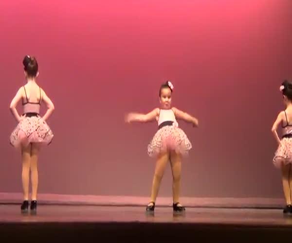 Позитивный танец маленьких девочек (10.158 MB)