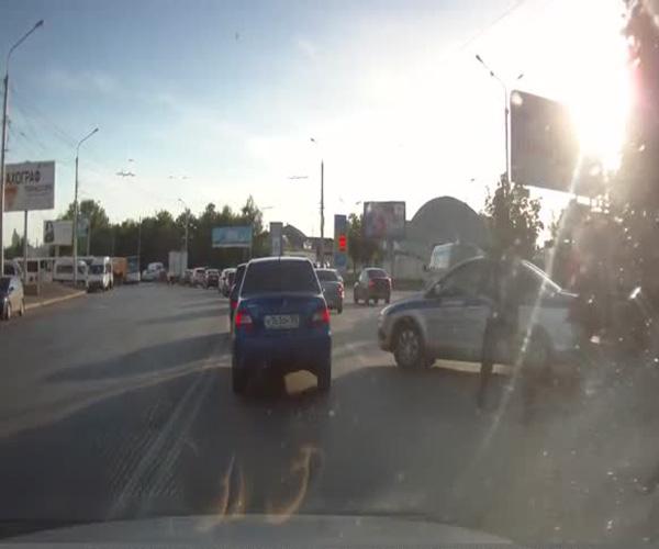 Сотрудник полиции не затянул ручник на служебном авто (3.138 MB)