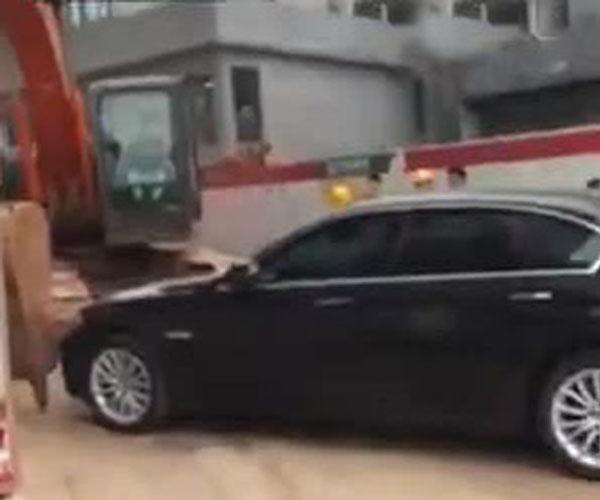 Когда машины загородили въезд на стройплощадку (4.533 MB)
