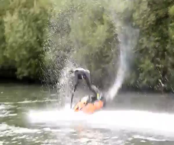 Впечатляющие трюки на водном мотоцикле (3.510 MB)