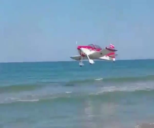 Экстренная посадка самолета на пляже (4.836 MB)