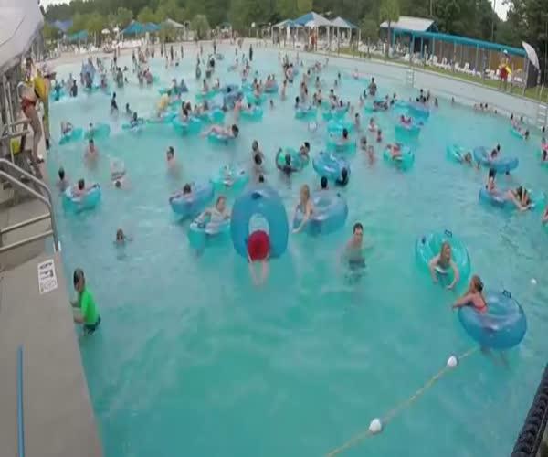 Спасатель заметила тонущего мальчика в большом бассейне (7.448 MB)