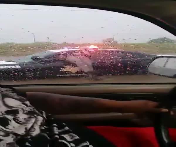 Полицейский застрял в окне служебной машины (1.434 MB)